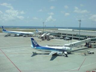 那覇空港からちょっこり見える海