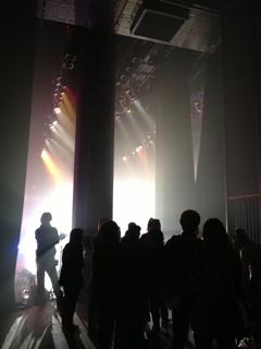 光り輝く舞台の中へ